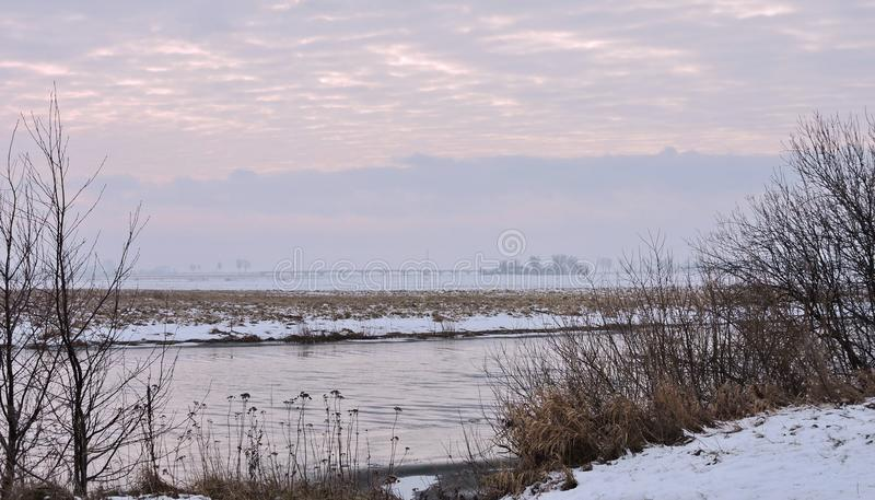 Río, puente y plantas en invierno, Lituania imagenes de archivo