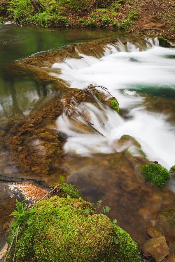 Río que atraviesa las rocas, cierre para arriba imagenes de archivo