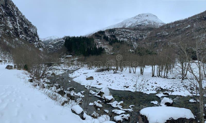 Río que corre desde la cascada Stalheimsfossen en el valle de Naeroydalen, Noruega fotografía de archivo