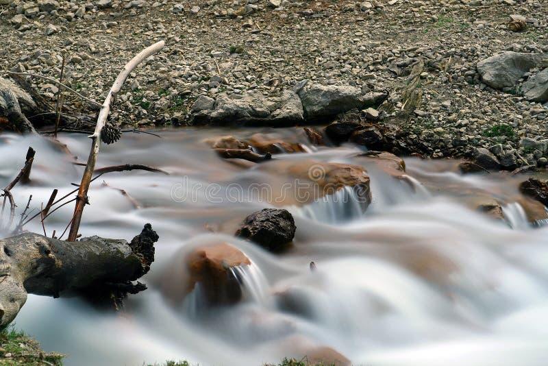 Río que fluye foto de archivo