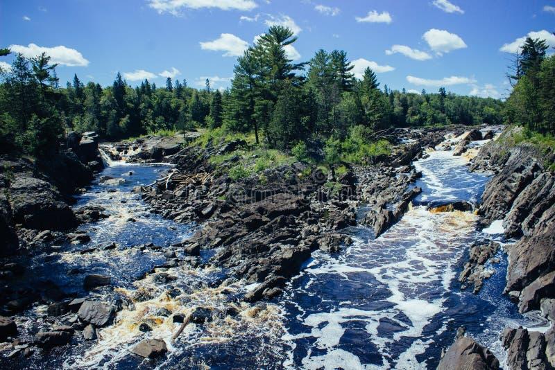 Río que fluye en Minnnesota imagenes de archivo