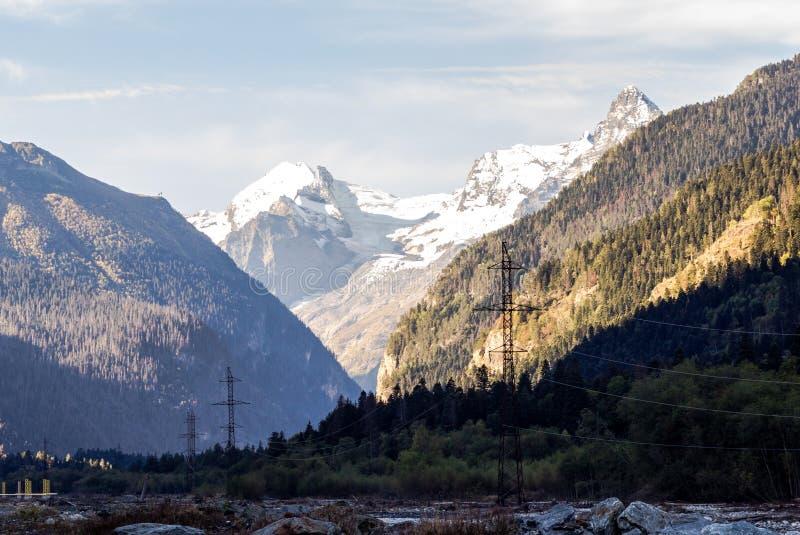 Río rápido de la montaña en medio de las montañas grandes imagenes de archivo