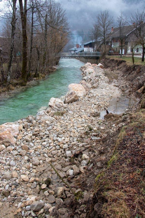 Río, rocas y suciedad imagenes de archivo