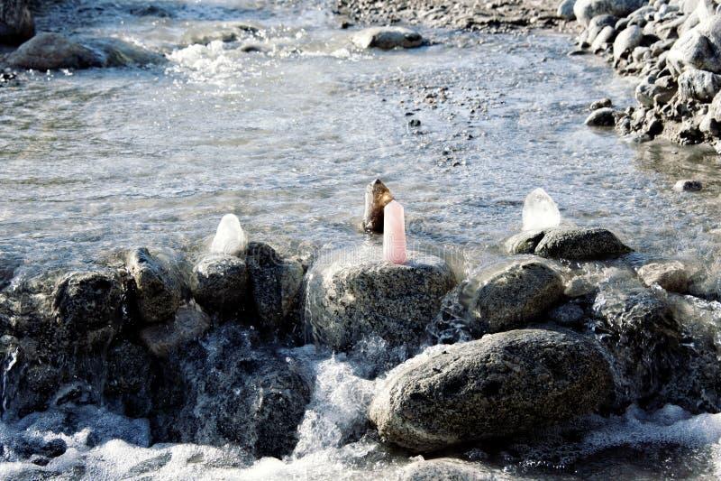 Río sagrado Rose Quartz Crystal Cleansing foto de archivo