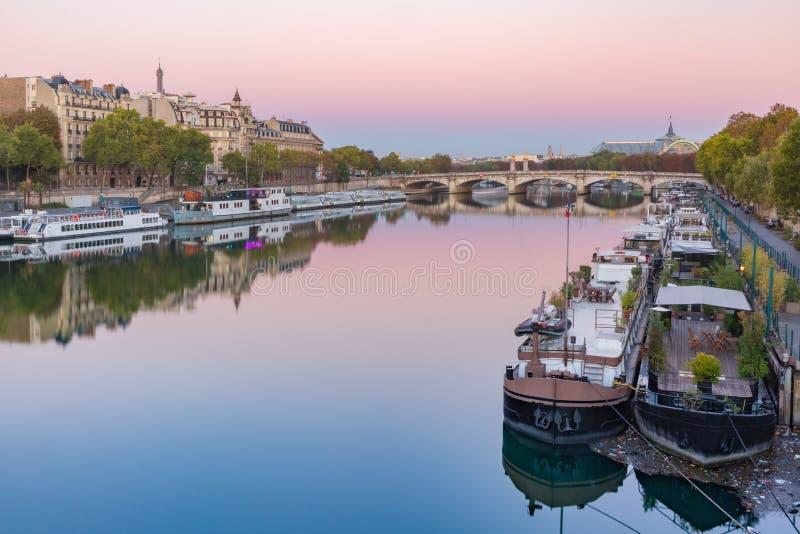 Río Sena en la salida del sol, París, Francia imagenes de archivo