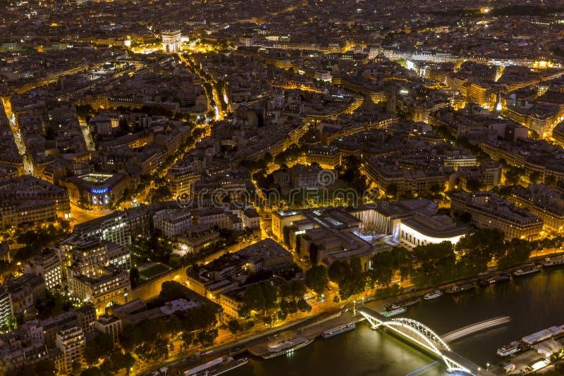 Río Sena y arco de Triumph en París imagenes de archivo