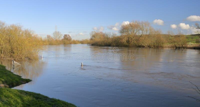 Río Severn en la inundación imagenes de archivo