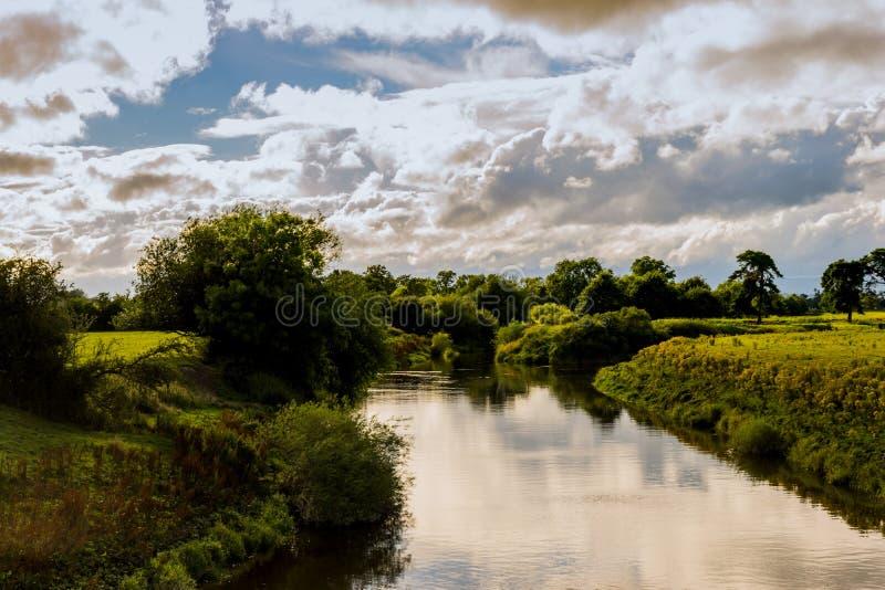 Río Severn en verano imagenes de archivo