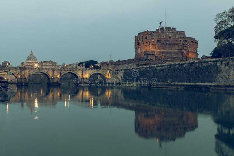 Río Tíber con el puente de Aurelius y castillo del ángel en el St Peters Basilica Basilica del fondo fotos de archivo libres de regalías