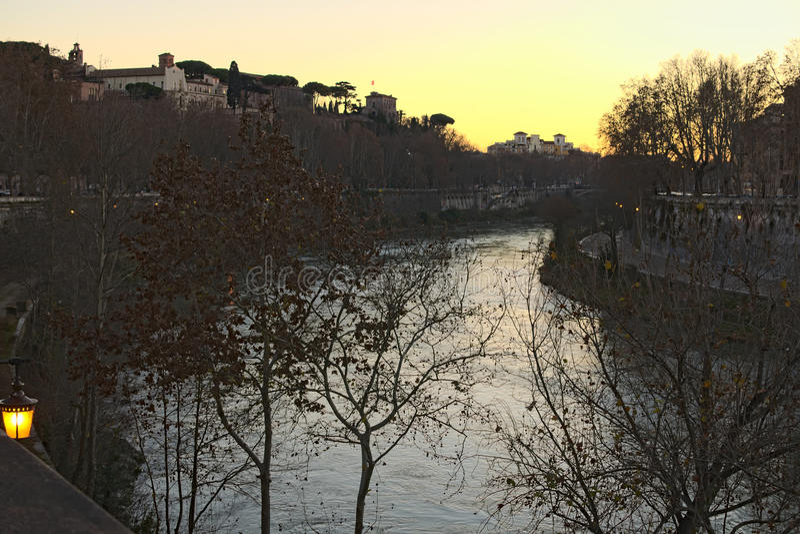 Río Tíber en Roma Opinión de la noche de la arquitectura y de la señal de Roma roma Italia fotografía de archivo