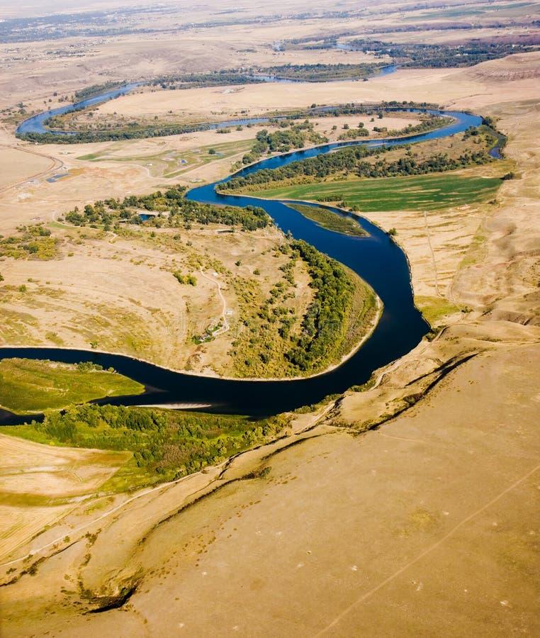 Río torcido a través de los llanos imagenes de archivo