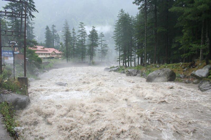 Río torrentialhimalayan salvaje que rabia Manali la India imagenes de archivo
