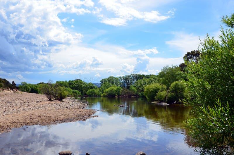 Río tranquilo antes de la tormenta fotos de archivo libres de regalías
