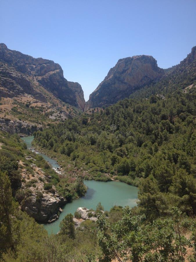 Río a través de las montañas fotos de archivo libres de regalías