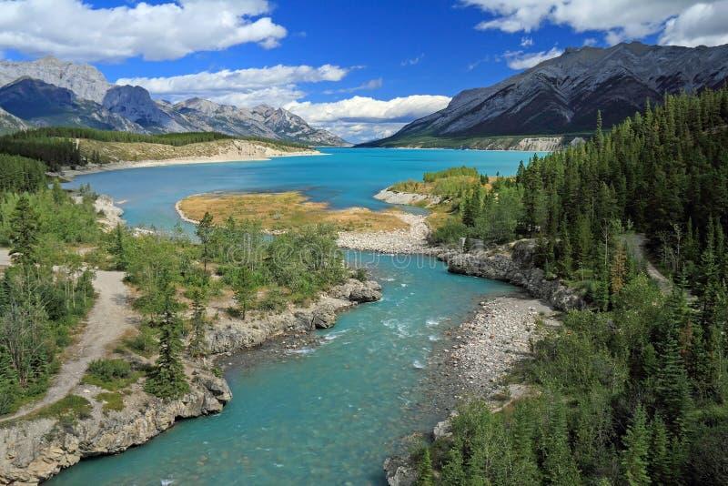 Río a través de los llanos de Kootenay, Alberta imagen de archivo libre de regalías