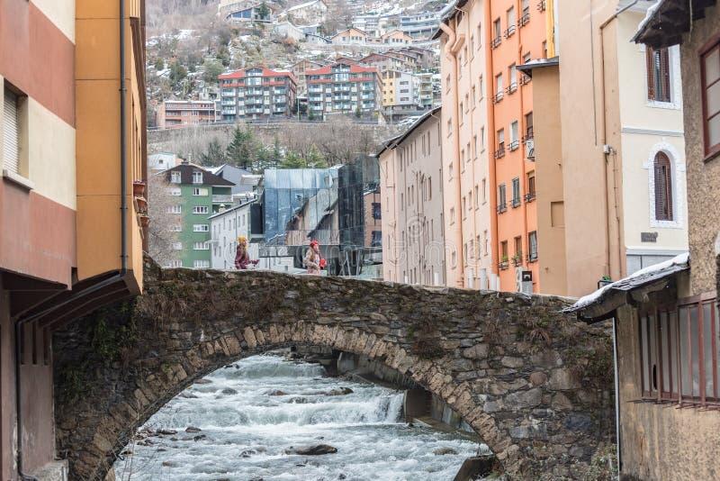Río Valira en la opinión del puente y de las casas de Engordany en un día de las nevadas en la pequeña ciudad Escaldes-Engordany  foto de archivo