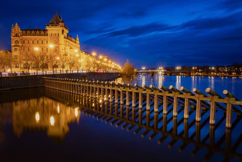 Río Vltava, Praga por la noche, Praga, República Checa fotografía de archivo