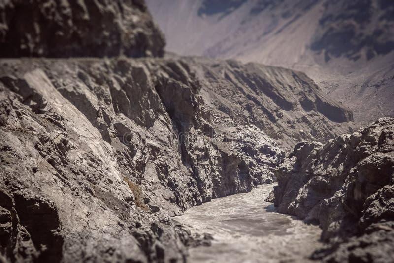 Río y camino en Karakorum foto de archivo libre de regalías