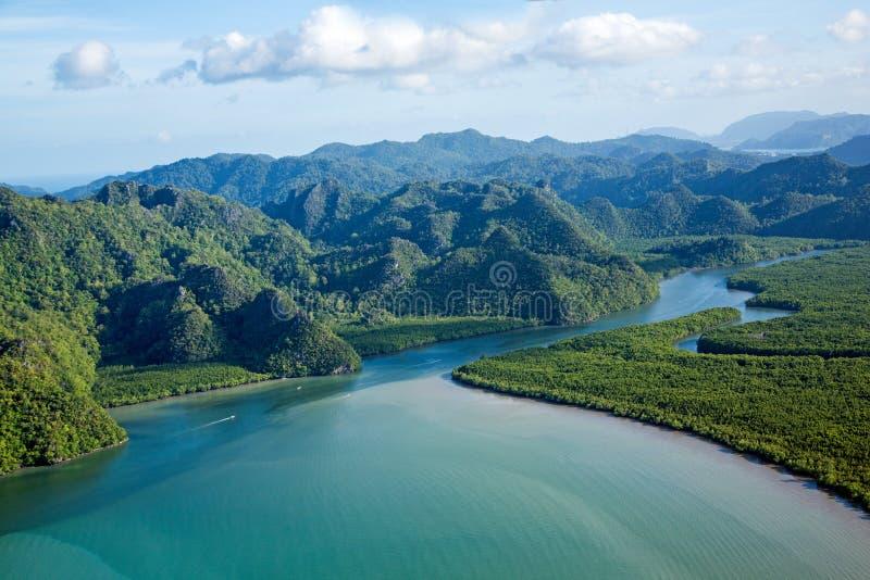 Río y colina en la opinión aérea del paraíso tropical de la isla foto de archivo libre de regalías