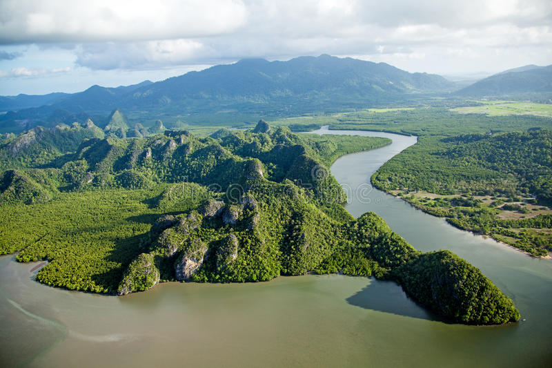 Río y colina en la opinión aérea del paraíso tropical de la isla fotos de archivo