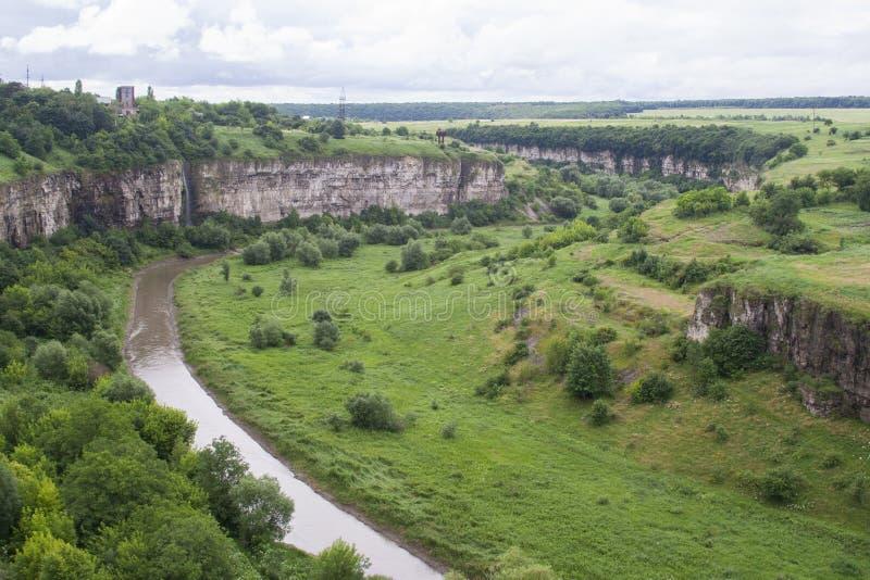 Río y colinas verdes en el barranco, Kamenets-podolsky Ucrania fotografía de archivo libre de regalías