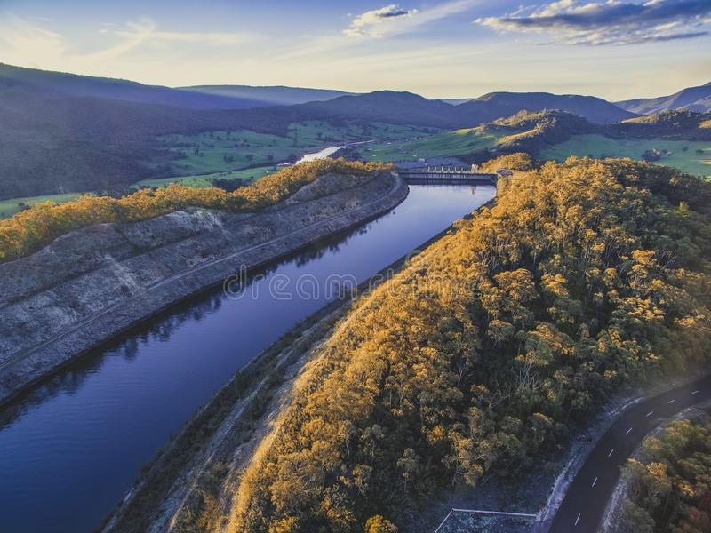 Río y montañas en la puesta del sol fotografía de archivo libre de regalías