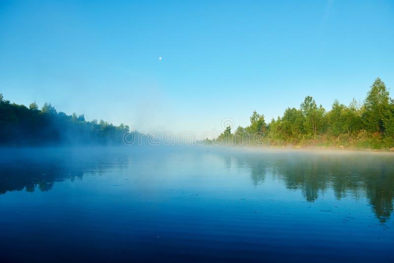 Río y niebla Madrugada con salida del sol El hacer excursionismo imágenes de archivo libres de regalías