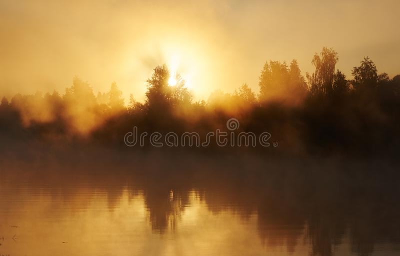Río y niebla solar Madrugada con salida del sol El hacer excursionismo imagen de archivo