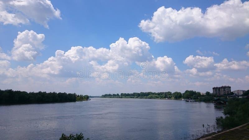 Río y nubes imagen de archivo