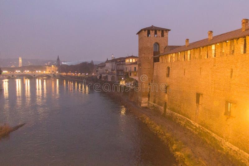 Río y pared antigua de Castelvecchio en la noche, Verona, Italia del Adigio fotografía de archivo libre de regalías
