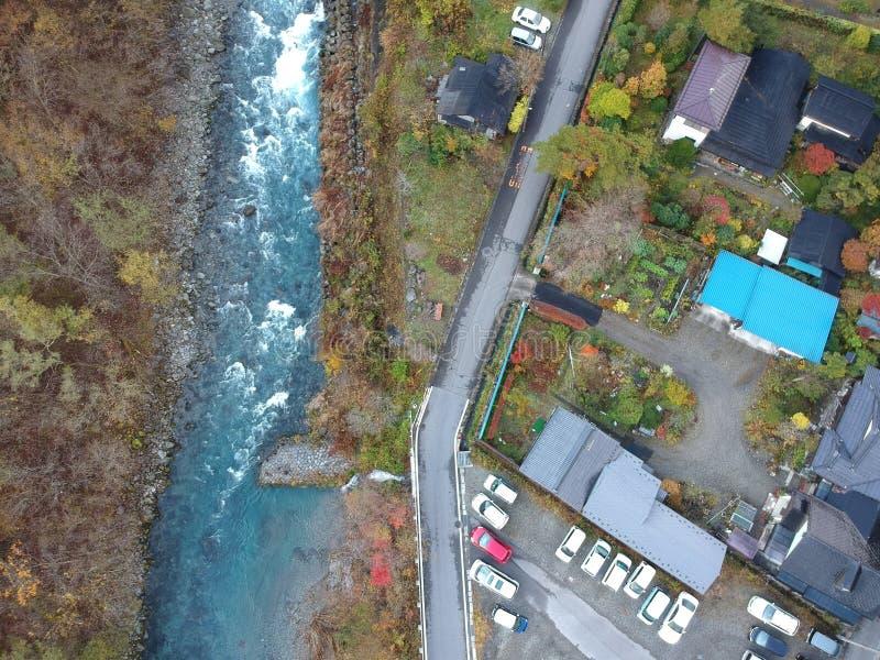 Río y pequeña ciudad de Kinugawa en la prefectura de Nikko imagenes de archivo
