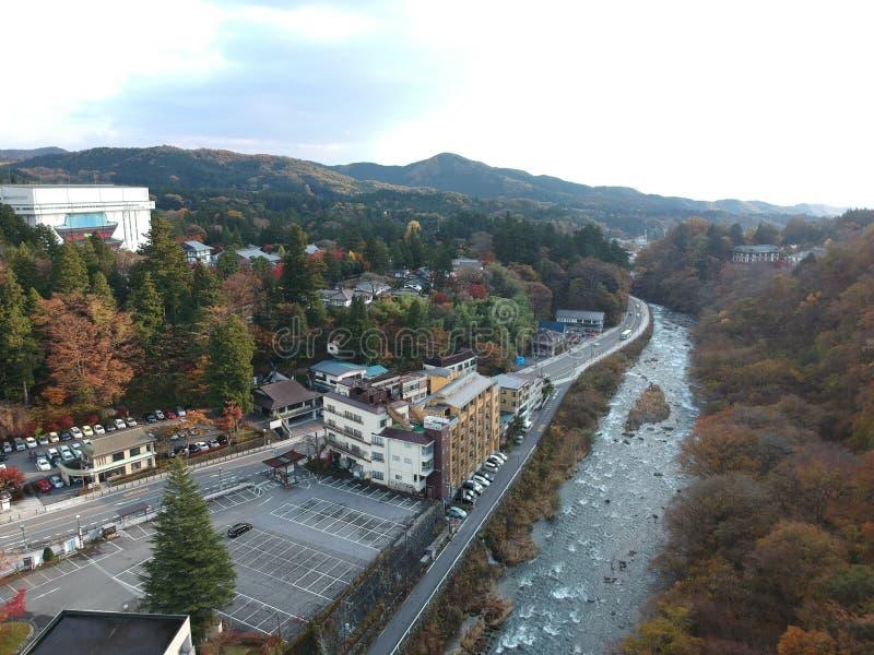 Río y pequeña ciudad de Kinugawa en la prefectura de Nikko fotos de archivo libres de regalías