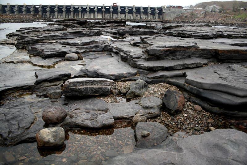 Río y presa secos imagen de archivo