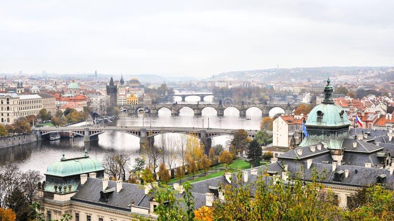 Río y puentes en Praga imagenes de archivo