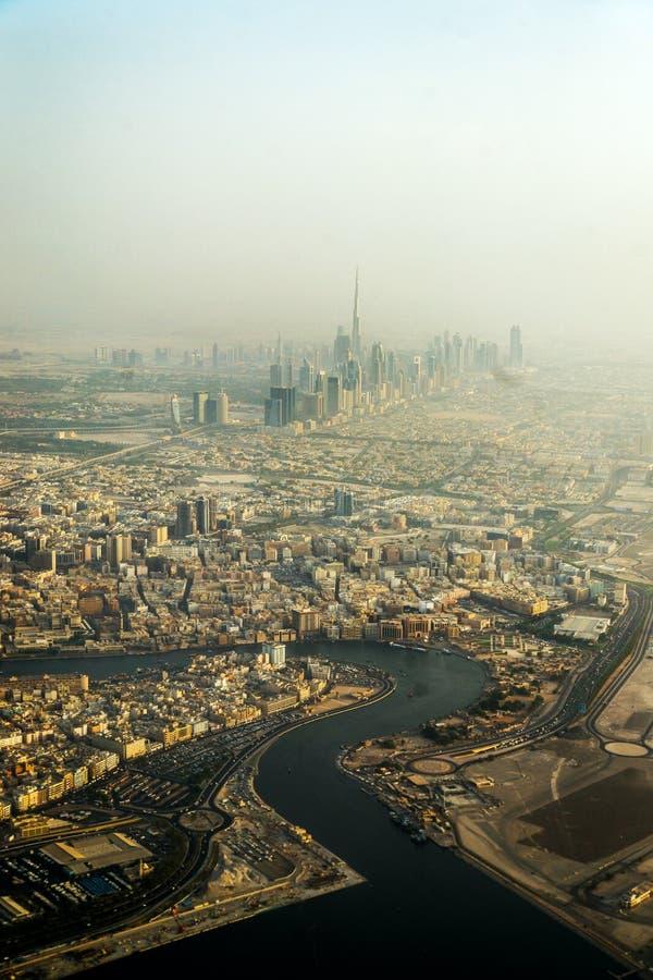 Ríos del aceite Panorama y vista aérea de Dubai céntrico en un día de verano, United Arab Emirates fotos de archivo