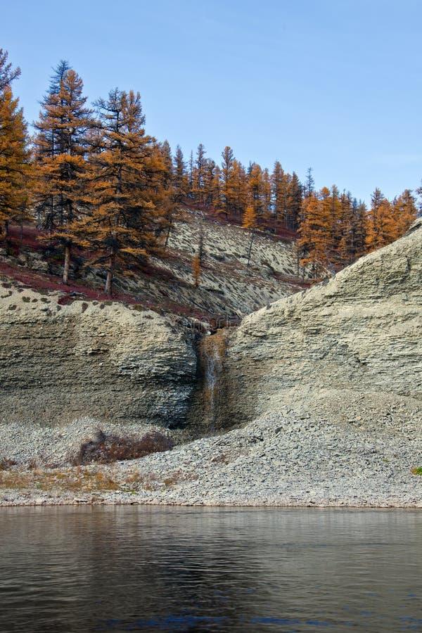 Ríos siberianos de la orilla con la cascada costera fotografía de archivo