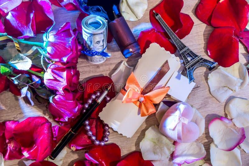 Róża płatki, pieniądze, butelki wino, pudełko klejnoty i wieża eifla, obrazy stock