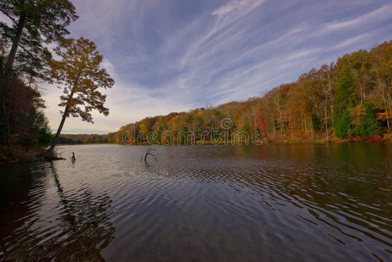 Różany jezioro przy Hocking wzgórzami w spadku fotografia royalty free