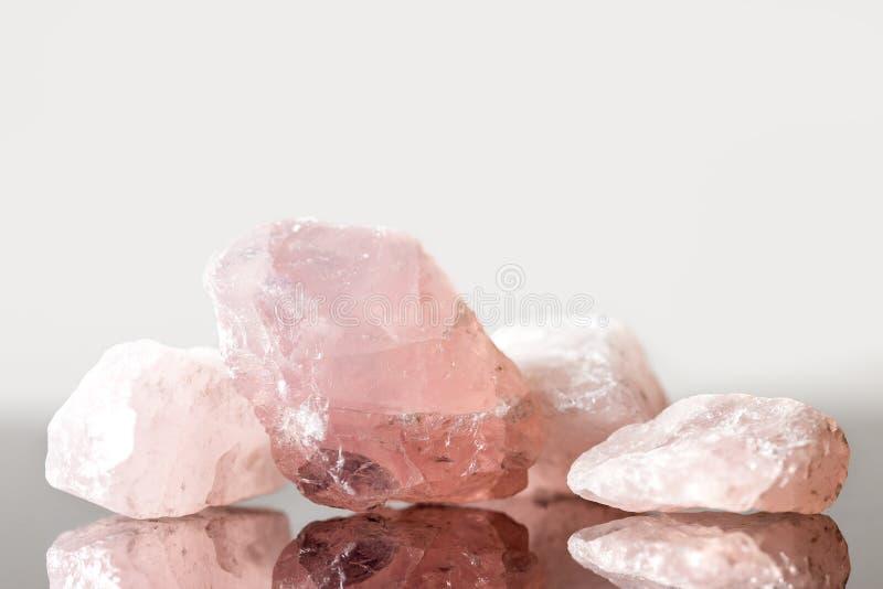 Różany kwarcowy uncut, krystaliczny gojenie dla miłości, i serce fotografia stock