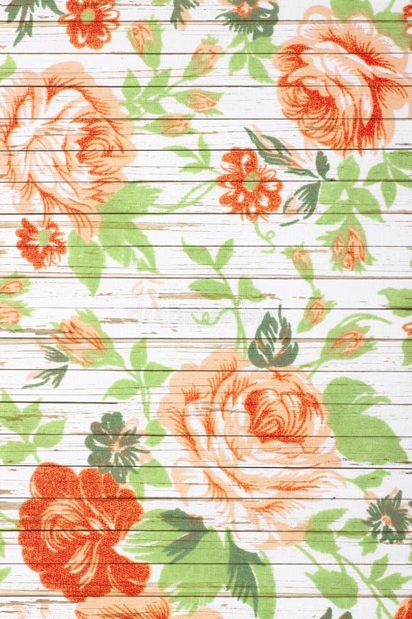 Różany rocznik od tkaniny na biały drewnianym zdjęcie stock