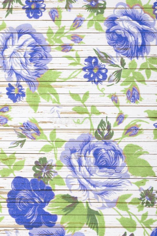 Różany rocznik od tkaniny na biały drewnianym zdjęcia royalty free