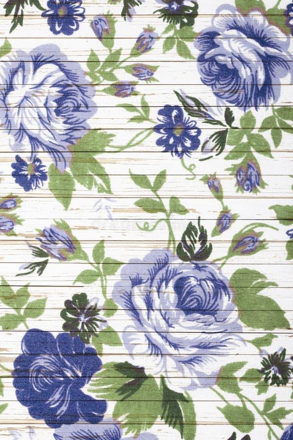 Różany rocznik od tkaniny na białym drewnianym tle zdjęcia royalty free
