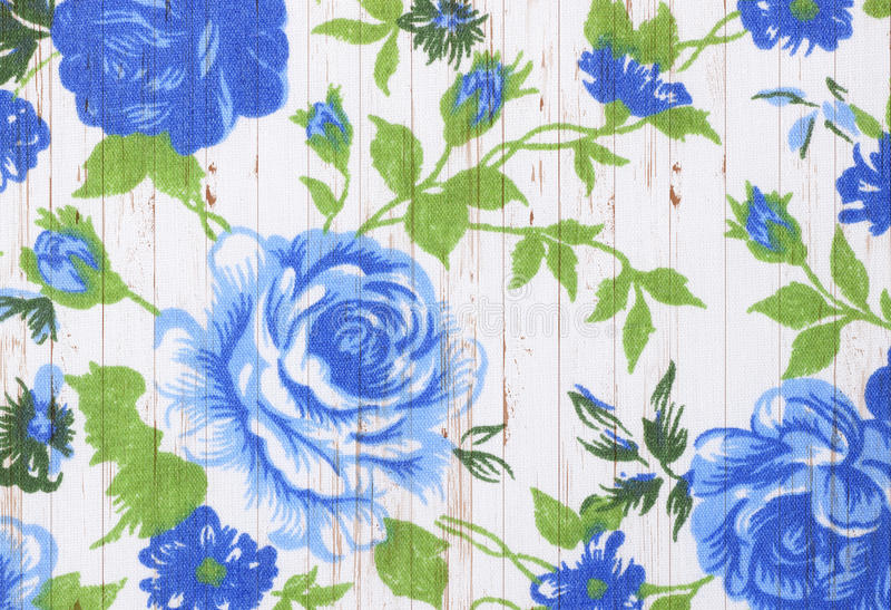 Różany rocznik od tkaniny na białym drewnianym tle zdjęcie stock
