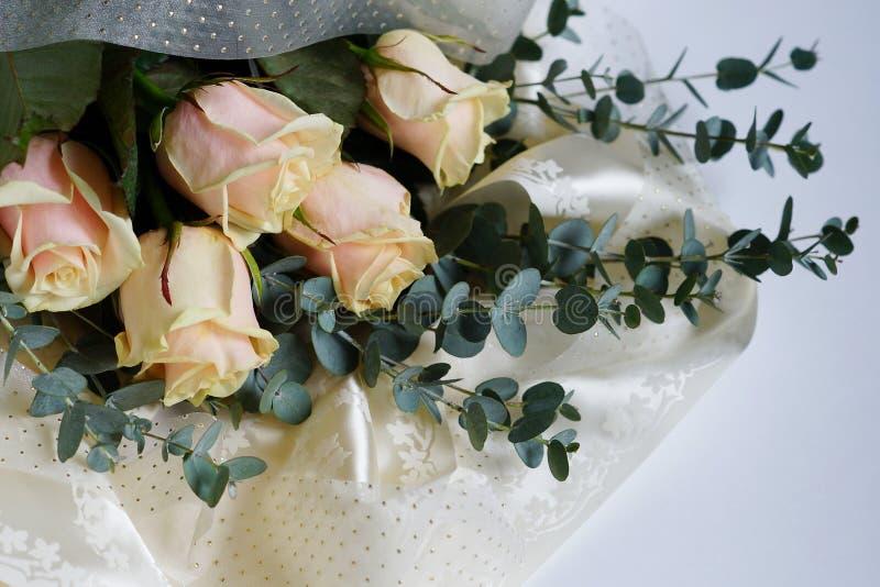 Róże i eukaliptus rozgałęziają się na białym tle macierzysty ` s dzień, poślubia zdjęcie stock