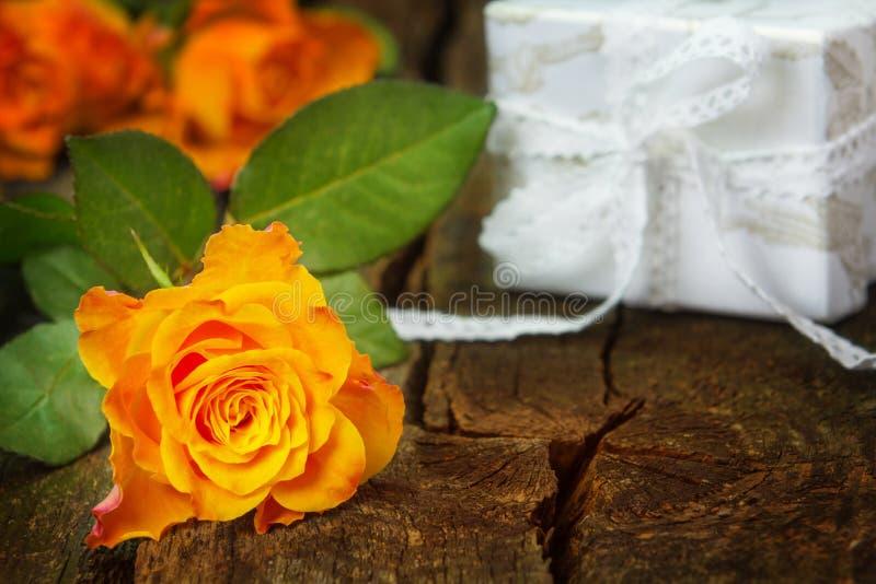 Róże i prezent fotografia royalty free