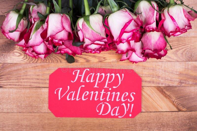 Róże i Szczęśliwi walentynka dnia powitania zdjęcie stock