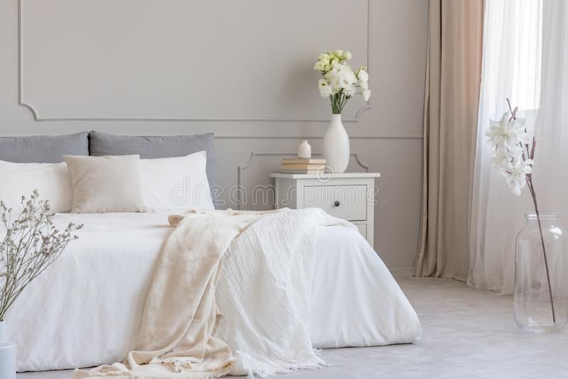 Róże w białym eleganckim stosie książki i wazie zdjęcia royalty free
