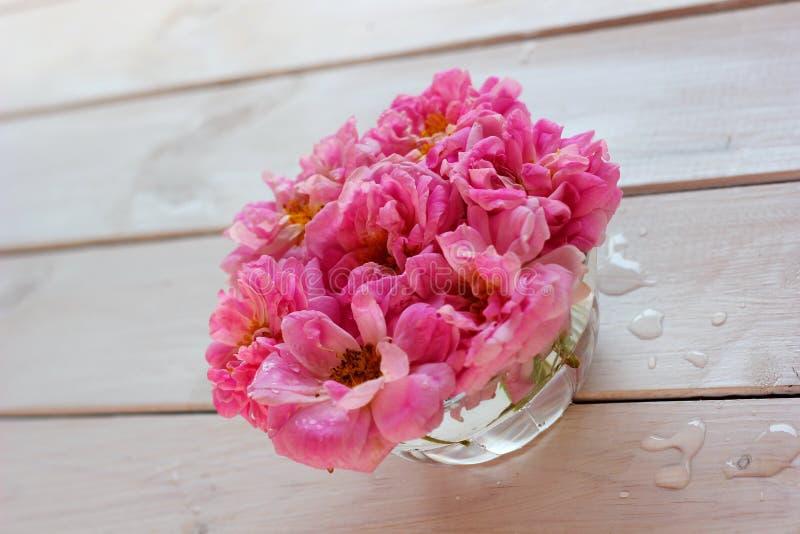 róże w szklanym pucharze na stole fotografia stock
