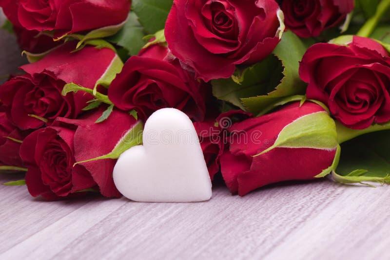 Róże z kierową dekoracją dla poślubiać obraz stock