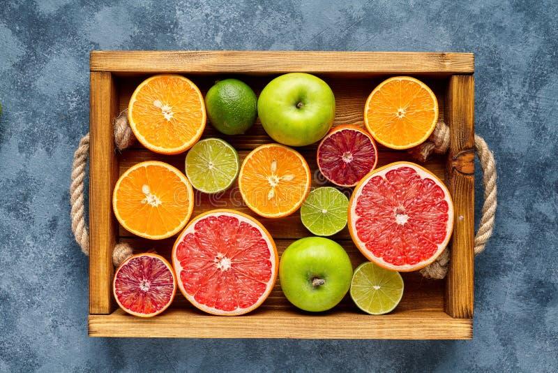 Różna cytrus owoc na drewnianym pudełku i siwieje betonu stół knedle tła jedzenie mięsa bardzo wiele zdrowe jeść Przeciwutleniacz obrazy royalty free